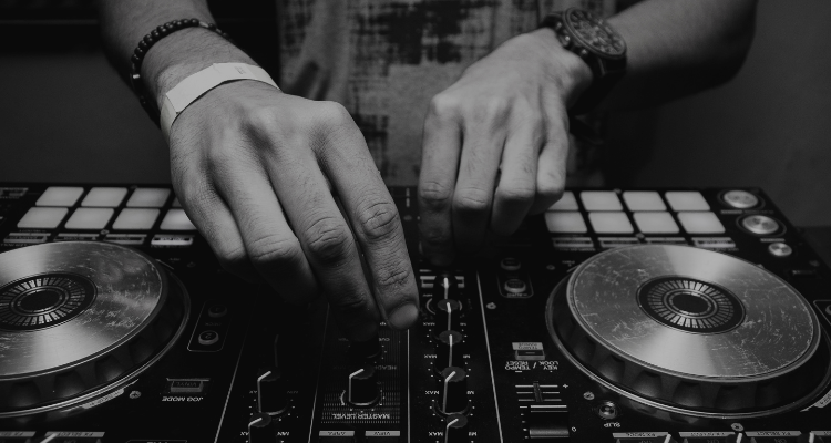 what is dj controller